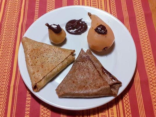 samoussa de froment fourré aux poires au sirop du verger de la Rainière avec son fondu au chocolat.