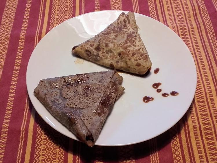 samoussa de blé noir fourré aux pommes du verger de la Rainière & caramel au beurre salé fait maison.