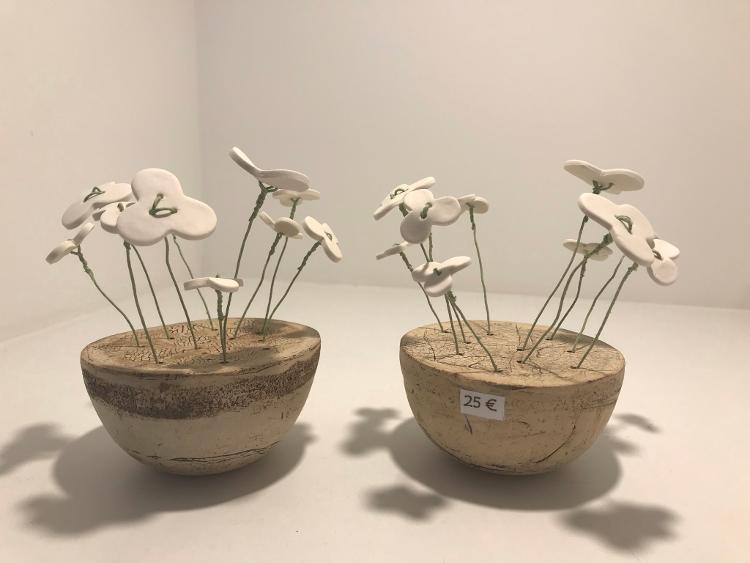 Pot avec 10 fleurs porcelaine blanche, tige mate verte, diamètre 9.5 cm, hauteur du pot 5 cm R7910