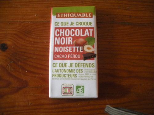 Barre de chocolat noir noisettes