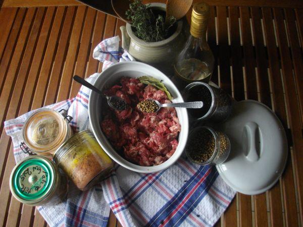 Gorge de porc - préparation hachée de gras et maigre de porc salée et poivrée *
