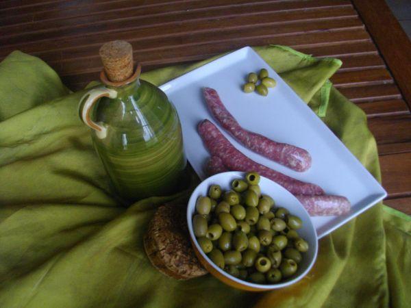 Saucisses de veau aux olives vertes *