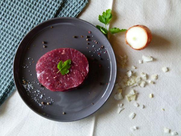 Steacks hachés - préparation de viande de boeuf hachée, salée, poivrée