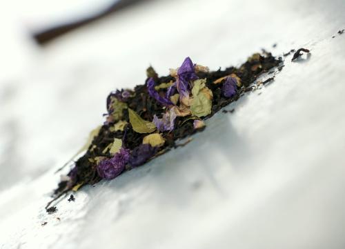 Thé Noir L'orage (Assam, mûre, pistache, mauve, bouleau) 100g