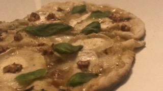 pizza chêvre miel BIO format 26/20cm: sauce crème, chêvre, miel, cerneaux de noix