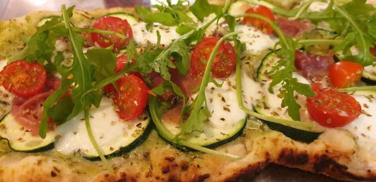 Pizza pesto  format 26/20 cm base pesto, courgettes bio, jambon cru, tomate, mozzarella, roquette