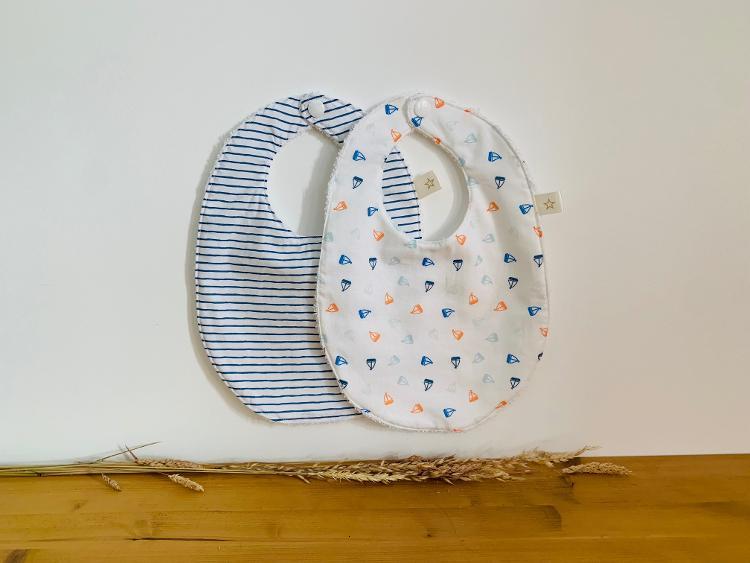 Lot de 2 bavoirs fantaisie pour bébé petits bateaux/rayures