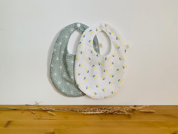 Lot de 2 bavoirs fantaisie pour bébé cerise/vert géométrique